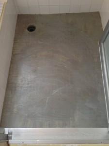 接着剤を塗り終えたらいよいよバスナフローレの張り付けです。
